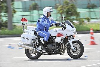 白バイ大会の規定では50~60km/hの一定速度から回避を行う。スロットルを一定にする方法や規則的に数回ほど加速してリズムを取る方法など隊員によって様々だ。