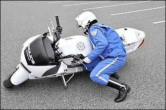 万が一転倒してしまった場合は、慌てずに自分の体とバイクの状態をチェックした後、落ち着いて引き起こそう。まずは足元を確保してから自分の胸をバイクに預けるつもりで体を寄せる。