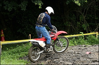 登りではステップを踏ん張ってリヤサスを沈み込ませることで、後輪に荷重がかかりグリップしやすくなる。スロットル開けて勢いで登るのではなく、あくまでもトラクション重視だ。