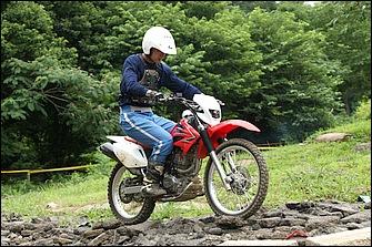 ガレ場では直線でも石でタイヤが滑ったりしてバランスを崩しやすい。車体は垂直に保ったまま、腰ごと左右に移動してステップ荷重によってバランス回復を図るのがコツ。