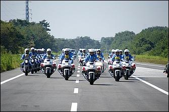 「第42回全国白バイ安全運転競技大会」の入場パレードの様子。CB13OOSTベースの白バイで威風堂々と先導を務めるのは、2009年度大会の団体一部総合優勝に輝く千葉県警チームだ!