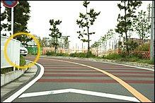市街地にありがちな見通しの悪いカーブです。減速帯があるので事故が起こりやすい場所かもしれません。対向車が急に視界に飛び込んできます。左カーブの場合、出口付近でラインが膨らみやすく、センターラインを跨いできた対向車と接触するケースが多くなるので注意しましょう。