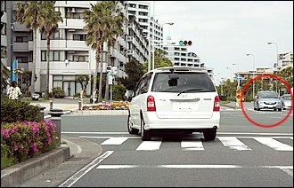 交通事故のほとんどは交差点付近で起きています。直進しようとしたら前のクルマが急に左折を始めました。左折巻き込みの危険はなんとか回避できましたが、車体を切り返して右から追い越そうとしたら目の前に右折車が…。これは右直事故の典型例のひとつです。バイクからは右折車が見えず、右折しようとしているドライバーからもクルマの影に隠れたバイクは見えていないことがほとんど。そもそも交差点付近での進路変更は禁止です。