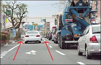 道路の前方で渋滞が発生。徐々に速度を落として最後尾に付くのが基本ですが、バイクの機動力を生かして「すり抜け」したい気持ちも分かります。道交法上では安全運転義務違反になるような危険な行為でなければ、特に「すり抜け」自体を罰する規定はないようですが、それ以前にどんな危険があるか認識することが大事。急なドア開けや渋滞車両の間からの人や自転車、原付などの飛び出しがあることを前提に、いつでも止まれる準備をしておく必要があります。