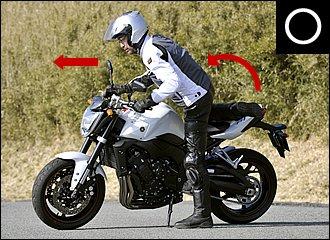 バイクに乗り込むときは、上体をバイクの進行方向に向けるのがコツ。爪先が前を向いている点に注目してください。上体をかるく前傾させながら、ヒザをたたんでコンパクトに跨ると足を引っかけにくくなります。降りるときは逆手順で。
