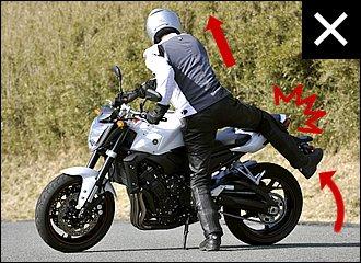 バイクに向かって立つと股関節を横に開かなくてはならず、右足を持ち上げにくくなります。足を伸ばしたままだとリヤシートに引っかけ、カウルを傷つけてしまいがち。特に荷物を積んでいるときは、忘れずに注意しましょう!