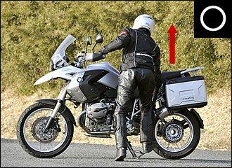 センタースタンドをかけるときは、なるべく体をバイクに近づけるのがコツ。スタンドの2ヶ所がしっかり路面に接していることを確認し、体重をすべて載せるつもりで踏み込みつつ引き上げます。爪先を後に向けておくと力を入れやすいですよ。