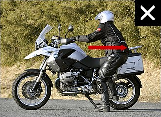 腰が引けていると力が入らず、バイクも不安定になります。よく後ろに引こうとする人がいますが、これではなかなか上がりません。姿勢が悪いと腰を痛める原因にもなります。左写真と体や爪先の向きの違いをチェックしてみてください。