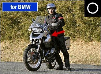 安心して取り回しするためには、バイクに体を寄せて接点を増やすことがポイント。バイクとライダーが互いに寄りかかるような状態を作ることで、バランスがとれて楽に支え合うことができます。傾けすぎると逆に重くなりますョ。