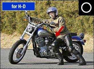ハーレーのように重量級でシートが低い場合、思い切って腰を落とすなど、自分からバイクに近づきましょう。この場合も左切りバックが有効。ブレーキレバーに指が届かない場合は、ローギヤに入れてクラッチをブレーキ代わりに使う手もあります。