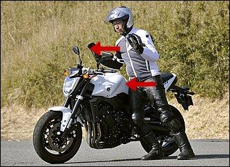 取り回しでは、バイクをわずかに自分のほうに傾けて、互いに支え合うカタチをとると安定します。腰をシートやタンクの後ろ角に当てて、自分が前に倒れ込むようにすると、小さな力で大型バイクを動かせます。腕力はなくても大丈夫!