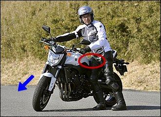 体格にもよりますが、左回りの場合はやや後ろ寄りでバイクを支えたほうが、懐に余裕ができて取り回しやすくなります。体の向きはハンドルと同じで左を向くのがポイント。曲がるほうに車体が傾くので、右回りよりも小回りが利きますね。
