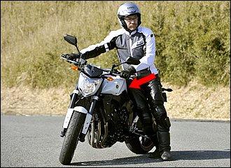 エンジン動力を使えば、大型バイクでも取り回しは楽々! 腰をタンクやシートに当てて、バイクとの一体感を高めるのは通常の取り回しと同じ。あとは半クラでゆっくりと前進するだけです。アイドリングの力だけで十分ですよ。
