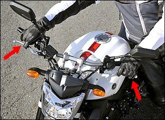 動力を使う場合のポイントは半クラ一定。ローギヤに入れてクラッチレバーをゆっくり放していくと、バイクが動き出すポイントがあるのでそこをキープ。速度が出すぎたら、軽くフロントブレーキを当てる感じで調整します。