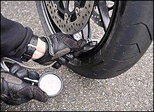 速度レンジが高くタイヤに大きな負荷がかかるサーキットでは、公道走行に比べてタイヤの発熱量も多くなります。タイヤ温度の上昇で内圧が高くなり過ぎると、かえって接地感が乏しくなったり跳ねたりといったネガも。サーキット走行では空気圧を規定値より1割程度下げた方がフィーリングも良くなる場合があります。