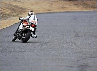 コース上でいきなり左右にバイクを振りながらローリングしている光景を見かけますが、これは転倒のリスク大。まずは直線でしっかり加速、コーナー手前ではしっかりブレーキをかけて前後輪に負荷をかけて発熱を促すことがポイントです。「タイヤを揉む」ようなイメージで徐々にバンク角を増やしていきます。