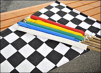 サーキット走行中はすべてフラッグによって指示が出され、ライダーはそれに従う義務があります。レースに出なくてもライセンス講習会やライディングスクールなどで、フラッグについての最低限の種類と意味は学んでおくべきです。走りに夢中になってフラッグを見落とすことがないように注意しましょう!