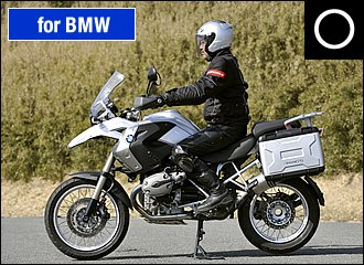 前後サスペンションのストローク量が多く、姿勢変化も大きいデュアルパーパスモデルでは特に、きちんと車体のセンターに乗ることが大事です。前後連動ABSの強烈な減速に耐えるためにはニーグリップもしっかり意識しましょう。