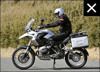 着座位置が後ろすぎるとフロントの接地感が減る上に、加速時にハンドルを引いてしまうなど、バイクの挙動を不安定にしがちです。腕に余裕がないとUターンや不整地でハンドル操作がしにくく、バランスを取るのが難しくなります。