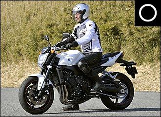 腰から下でバイクをホールドし、上半身はリラックス。目線は高く、腕は軽く曲げて、背中は丸めない。着座位置も大事です。ステップに立ち上がり、そのまま真下に腰を降ろしたら、だいたいそのバイクのベスト位置になっているはずです。