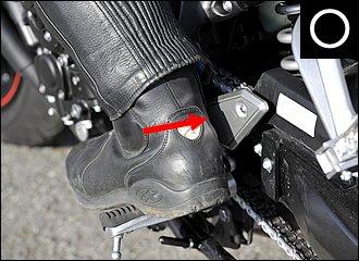 かかとも車体側にぴったりと当てておくのが基本。これだけで一体感が違ってきます。ほとんどのバイクにはヒールプレートが付いていますが、これはかかとで車体をホールドするためでもあります。爪先は進行方向に向けましょう。