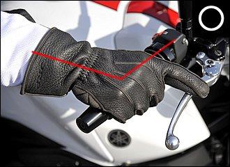 ハンドルの外側から包み込むように、柔らかくグリップを握りましょう。肘をやや外側に曲げるようにすれば、自然とグリップに対して斜めに手を置くことになるはずです。安全のため、ブレーキレバーには指を1本かけておくと安心です。