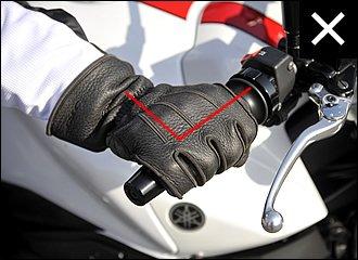 両手をまっすぐ前に突き出すようにしてグリップを握ると、グリップ対してほぼ直角に手を置くことになります。これだと、肘がしぼられたようなフォームになりがちで、自然なステアリングの動きを妨げる原因になります。