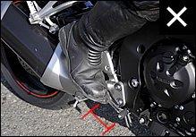ステップワークを使ってスポーティに走りたいときなどは、やや後方に足を置く場合もありますが、通常はすぐにブレーキペダルを踏める位置にセットすべきでしょう。
