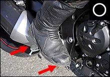 ステップに土踏まずを乗せるのが、最も安定したポジションです。爪先を前に向け、ブレーキペダルを親指の付け根あたりで踏むと力の加減をコントロールしやすいはずです。