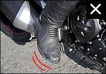 意外と多いパターン。ステップから足が外れやすくブレーキ操作も正確にはできません。爪先も外側に開きやすく、見た目にもスマートではないですよね。