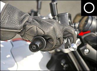 ブレーキレバーの位置は握り込んだときに、メインに使う指の第1~第2関節の間にレバーがくるように調整するといいでしょう。横から見ると指の形が「コの字型」になっているイメージ。手首がまっすぐになる高さがベストです。
