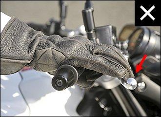 レバー位置が遠いまま乗っている人が意外と多いようです。引っ掛かりが悪く操作ミスしたり、引き込むときに必要以上に強く握ってしまい、「ガッツン」ブレーキになってしまったり。ブレーキが苦手な人は、レバー位置を見直してみてください。
