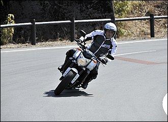 バイクの傾きとライダーの上半身が同じ角度。すべてのフォームの基本です。バイクのセンターにライダーの重心がくるのでタイヤの接地感がつかみやすく、いろいろな操作もやりやすい。姿勢的にも疲れにくく、どこでも使える最も自然なフォームです。
