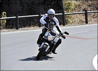 バイクの傾きに対して上半身をアウト側にずらしたフォーム。視界が良くブラインドコーナーに有利で、車体を寝かせてコンパクトに曲がれる効果があります。Uターンなど低速でバランスを取りたい場合にも有効ですが、ハンドルをこじりやすいのが難点。