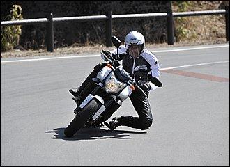 バイクに対して腰を大きくイン側に落としたフォーム。頭の位置はセンターが基本です。ライダーの重心をイン側かつ低い位置に持ってくることで、バンク角を稼ぎつつ旋回安定性を引き出す効果があります。スポーツライディング向きですが、急な回避などは苦手。
