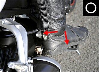「外足荷重」という言葉がありますが、私はあまり強く意識していません。外側ステップには軽く足を置くだけで、むしろ踵をしっかりヒールプレートに当てることを重視しています。これだけでホールド感はぐんと高まります。