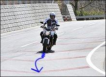 コーナーの入口ではブレーキレバーを穏やかに緩めつつ、バイクを倒し込んでいきます。気持ちよくクルージングするペースなら、イン側にわずかに上体を傾けて目線を向けるだけで、自然にバイクはコーナーに向かっていくはずです。