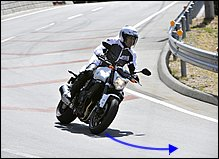 バイクがある程度バンクして旋回を始めたら、ブレーキは完全にリリースします。シートに体重を預けるイメージで肩、腕、上体はリラックスし、下半身で軽く車体をホールド。目線をさらにコーナーの奥へと向けていきます。