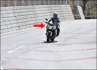 ちょっとスポーティに走りたいときは、倒し込みでアクション加えていくとバイクの動きが機敏になります。腰を少しイン側にずらして外足でタンクをホールドしつつ、ブレーキングの減速Gに耐えます。