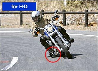 ハーレーのようなクルーザータイプはバンク角が少ないので、寝かし込んで曲がるような走り方は向いていません。「でも曲がれないじゃん…」という方、ライン取りを少し工夫してみてください。コーナーの前半でバイクの向きを変えられるようなライン取りを意識しましょう。そのためには進入速度はやはり抑えめにするのがポイントです。