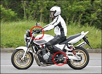 停止時は前後ブレーキを使って減速しながら十分速度が落ちたところでシフトダウン。速度が高いと回転数が上がりすぎてギクシャクしてしまいます。エンジンブレーキも併用して、なるべく停止直前にクラッチを切るようにしましょう。