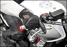 シフトアップするときは、まずスロットルを戻します。スロットルを戻しきれていないと、クラッチを切ったときにエンジン回転数が上がってしまい、ギクシャクの原因に。ブレーキレバーに指をかけておくのは緊急時のためです。