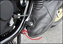 ブーツのシフトパッドをペダルに軽く当てがうように用意しておけば、スロットルを戻すと同時に「まるで吸い込まれるように」ギアが入ります。雑にガチャガチャやったり、力を入れてかき上げる必要はありません。