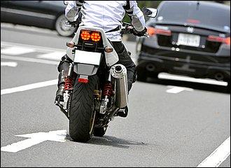 普通に停止する直前や、渋滞路でゆっくりと進む場合は、主にリアブレーキで速度調整を行います。リアブレーキには減速以外にも姿勢を安定させたり、駆動力を制御できる機能があります。ブレーキペダルはじっくり一定に踏み込むのがコツです。