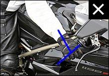 逆斜めに握ると手首がタンクに当たってスロットル操作を阻害し、立ちゴケのリスクが高まります。