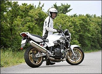 自信がないときはバイクを降りて取り回し。右回りは自分のほうに車体が傾くので重さが増します。なるべく車体を立てて、腰をタンクに当てながら自分の体重を利用して押すのがコツ。この場合も上体は曲がる方向、つまり右に向けるとバイクに遅れずに追従しやすくなります。坂道などではエンジン動力を使うと楽です。