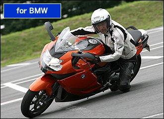 K1300Sが通常のバイクと最も異なるのは『デュオレバー』と呼ばれるフロントサスペンションを備えている点。4輪のダブルウィッシュボーンに似た機構で、どんなにハードブレーキングしてもノーズダイブしないのが特徴。前後連動ABSも合せると、通常のテレスコピック式にはマネできない強烈な突っ込みが可能です。低重心エンジンと長いホイールベースを活かした抜群のスタビリティはコーナリングでも如何なく発揮され、吸いつくような安定感が持ち味です。