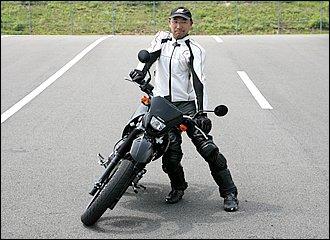 車体をどんなに深く傾けても、ステアリングに舵角がついていないと曲がりません。軽いバイクでなら実験できますので、写真のように車体を傾けたままハンドルをがっちり押さえ込んで前進してみてください。バイクはそのまま真っ直ぐ進むだけです。実際の走行中にハンドルを固定したら、セルフステアが発揮できず転倒してしまいます。