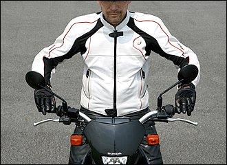 『上体リラックス&下半身ホールド』がバイクライディングの基本。特に肩・腕・手からは徹底して力を抜くことが、セルフステアを発揮させるポイントです。肘はやや外側に曲げて衝撃を吸収するクッションとし、グリップの握りは「小指」と「親指」だけでループを作るイメージで、軽く握るように意識しましょう。