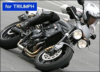 トライアンフ独特の直列3気筒エンジンは、豊かな低中速トルクとパワーバンドの広さが特徴。この元気なエンジンと軽量・コンパクトな車体のおかげで、ストリートトリプルRはコーナリングが抜群に楽しいマシンです。ある意味、大型バイクに乗っていることを忘れてしまう軽快さが持ち味。よく動く前後サスペンションとレスポンスに優れるエンジンを生かせば、スロットルのオン・オフだけで車体の姿勢を作りながら、あまりバンクさせなくても曲がっていけるマシンです。